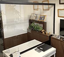 東京本店のアクリル面談ブース